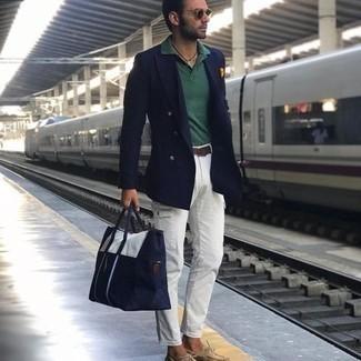Bootsschuhe kombinieren – 536+ Herren Outfits: Paaren Sie ein dunkelblaues Zweireiher-Sakko mit einer weißen Cargohose für Drinks nach der Arbeit. Suchen Sie nach leichtem Schuhwerk? Wählen Sie Bootsschuhe für den Tag.
