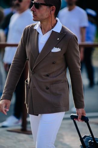 Wie kombinieren: dunkelbraunes Zweireiher-Sakko, weißes Polohemd, weiße Chinohose, weißes Einstecktuch