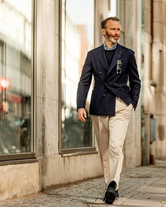 Wie kombinieren: dunkelblaues Zweireiher-Sakko, schwarzer Pullover mit einem Rundhalsausschnitt, hellbeige Anzughose, schwarze Wildleder Derby Schuhe