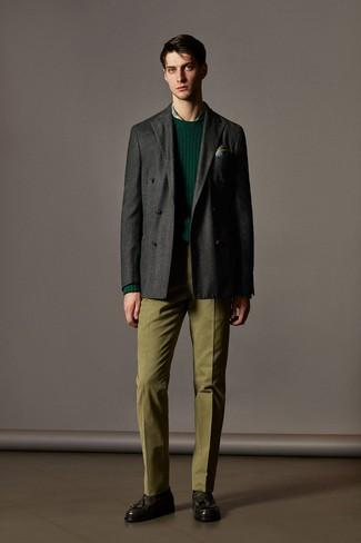 dunkelgraues Wollzweireiher-sakko, dunkelgrüner Pullover mit einem Rundhalsausschnitt, grünes Businesshemd mit Schottenmuster, olivgrüne Anzughose für Herren