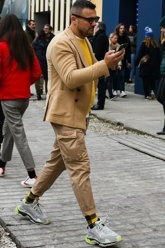 Mehrfarbige Socken kombinieren – 85 Herren Outfits: Kombinieren Sie ein beige Wollzweireiher-sakko mit mehrfarbigen Socken für ein großartiges Wochenend-Outfit. Fühlen Sie sich ideenreich? Entscheiden Sie sich für hellblauen Sportschuhe.
