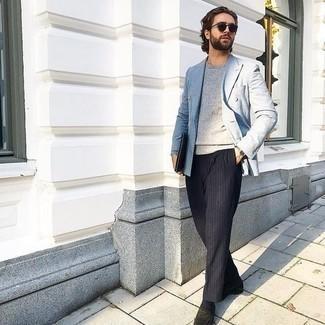 Grauen Pullover mit einem Rundhalsausschnitt kombinieren – 500+ Herren Outfits: Kombinieren Sie einen grauen Pullover mit einem Rundhalsausschnitt mit einer dunkelblauen vertikal gestreiften Chinohose, um mühelos alles zu meistern, was auch immer der Tag bringen mag. Fühlen Sie sich mutig? Komplettieren Sie Ihr Outfit mit schwarzen Wildleder Slippern.