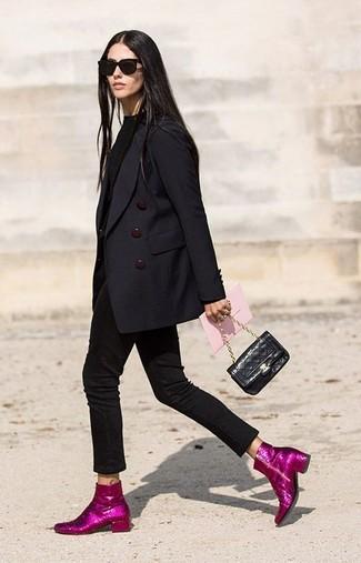 Wie kombinieren: schwarzes Zweireiher-Sakko, schwarzer Pullover mit einem Rundhalsausschnitt, schwarze enge Jeans, fuchsia Paillette Stiefeletten
