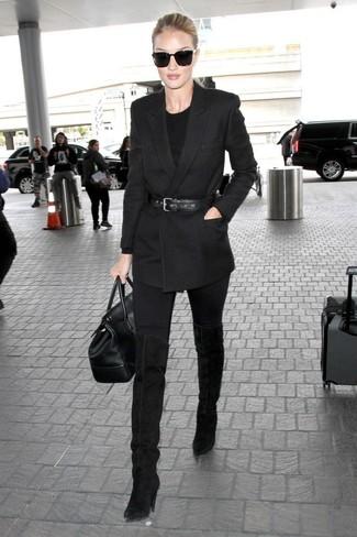 Wie kombinieren: schwarzes Zweireiher-Sakko, schwarzer Pullover mit einem Rundhalsausschnitt, schwarze enge Jeans, schwarze Overknee Stiefel aus Wildleder
