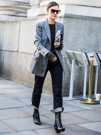 Wie kombinieren: graues Zweireiher-Sakko, dunkelgrüner Pullover mit einem Rundhalsausschnitt, schwarze Jeans, schwarze Leder Stiefeletten