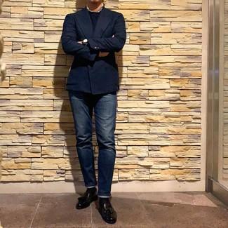Wie kombinieren: dunkelblaues Zweireiher-Sakko, dunkelblauer Pullover mit einem Rundhalsausschnitt, dunkelblaue Jeans, schwarze Leder Slipper mit Quasten