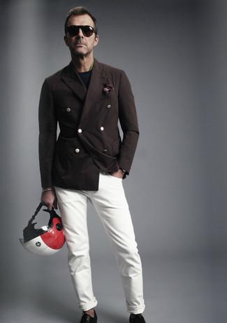 Wie kombinieren: dunkelbraunes Zweireiher-Sakko, dunkelblauer Pullover mit einem Rundhalsausschnitt, grünes Langarmhemd, weiße Jeans