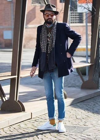 Weiße und grüne Leder niedrige Sneakers kombinieren – 108 Herren Outfits: Tragen Sie ein dunkelblaues Zweireiher-Sakko und hellblauen Jeans für Ihren Bürojob. Suchen Sie nach leichtem Schuhwerk? Komplettieren Sie Ihr Outfit mit weißen und grünen Leder niedrigen Sneakers für den Tag.