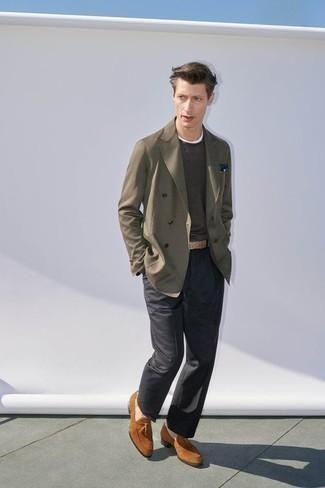 Mode für Herren ab 30 2020: Vereinigen Sie ein olivgrünes Zweireiher-Sakko mit einer dunkelgrauen Anzughose, um vor Klasse und Perfektion zu strotzen. Fühlen Sie sich ideenreich? Wählen Sie rotbraunen Wildleder Slipper mit Quasten.