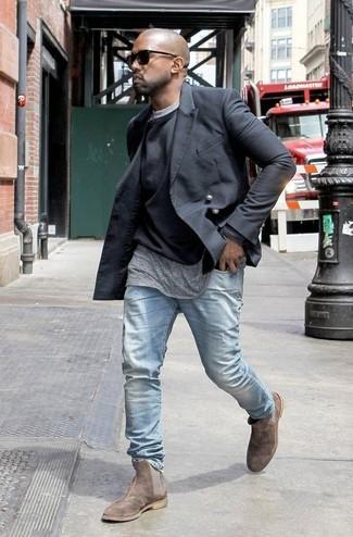 Kanye West trägt Schwarzes Zweireiher Sakko, Schwarzer Pullover mit Rundhalsausschnitt, Graues T-Shirt mit Rundhalsausschnitt, Hellblaue Jeans
