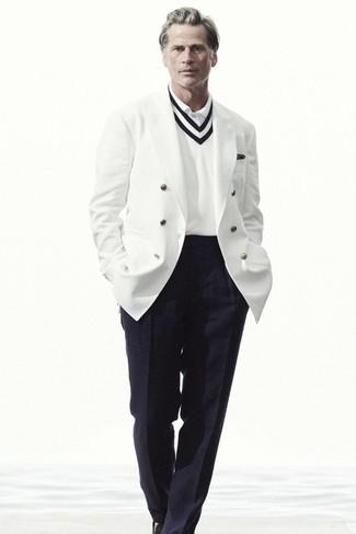 Schwarzes bedrucktes Einstecktuch kombinieren – 111 Herren Outfits: Paaren Sie ein weißes Zweireiher-Sakko mit einem schwarzen bedruckten Einstecktuch, um einen lockeren, aber dennoch stylischen Look zu erhalten. Schalten Sie Ihren Kleidungsbestienmodus an und machen schwarzen Leder Slipper zu Ihrer Schuhwerkwahl.