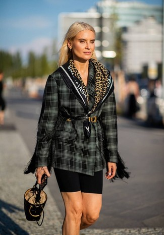 Wie kombinieren: schwarzes und weißes Zweireiher-Sakko mit Schottenmuster, schwarze Radlerhose, schwarze Leder Beuteltasche, schwarzer Leder Taillengürtel