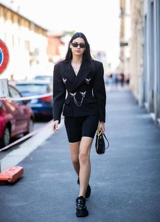 Wie kombinieren: schwarzes Zweireiher-Sakko, schwarze Radlerhose, schwarze Sportschuhe, schwarze Leder Umhängetasche