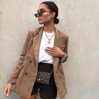 Wie kombinieren: braunes Zweireiher-Sakko, schwarze Radlerhose, dunkelbraune bedruckte Leder Umhängetasche, braune Sonnenbrille