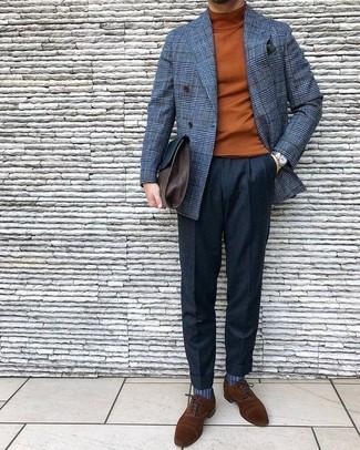 Wie kombinieren: graues Wollzweireiher-sakko mit Karomuster, rotbrauner Rollkragenpullover, schwarze Wollanzughose, braune Wildleder Oxford Schuhe