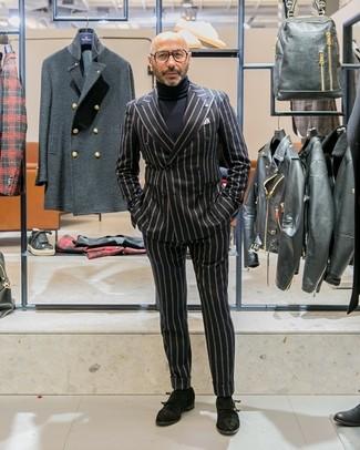 Wie kombinieren: schwarzes vertikal gestreiftes Zweireiher-Sakko, schwarzer Rollkragenpullover, schwarze vertikal gestreifte Anzughose, schwarze Doppelmonks aus Wildleder