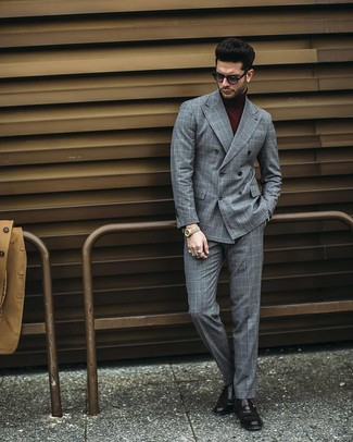 Wie kombinieren: graues Zweireiher-Sakko mit Karomuster, dunkelroter Rollkragenpullover, graue Anzughose mit Karomuster, schwarze Monks aus Leder