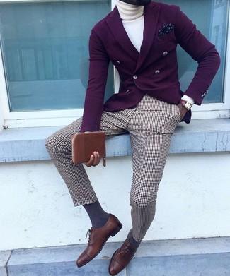 Wie kombinieren: dunkellila Zweireiher-Sakko, weißer Rollkragenpullover, braune Anzughose mit Schottenmuster, dunkelbraune Leder Oxford Schuhe