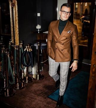 Wie kombinieren: braunes Zweireiher-Sakko, dunkelgrüner Rollkragenpullover, graue Anzughose mit Schottenmuster, schwarze Chelsea-Stiefel aus Leder