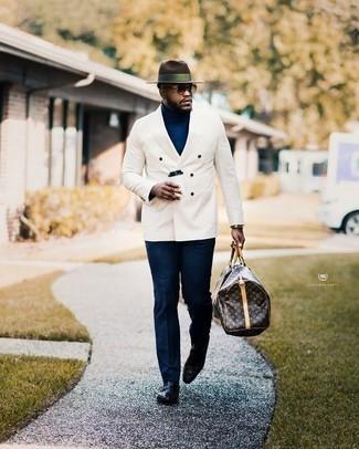 Dunkelbraune Leder Sporttasche kombinieren: trends 2020: Kombinieren Sie ein weißes Zweireiher-Sakko mit einer dunkelbraunen Leder Sporttasche für ein großartiges Wochenend-Outfit. Machen Sie Ihr Outfit mit schwarzen Leder Slippern eleganter.