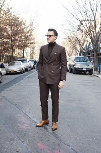Wie kombinieren: dunkelbraunes Zweireiher-Sakko, olivgrüner Rollkragenpullover, dunkelbraune Anzughose, beige Doppelmonks