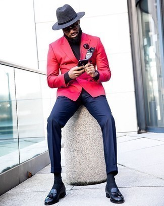 Schwarzen Rollkragenpullover kombinieren – 1045+ Herren Outfits: Erwägen Sie das Tragen von einem schwarzen Rollkragenpullover und einer dunkelblauen Anzughose für eine klassischen und verfeinerte Silhouette. Schwarze Leder Slipper mit Quasten sind eine kluge Wahl, um dieses Outfit zu vervollständigen.