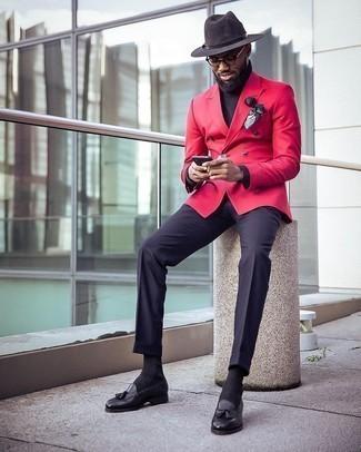 Schwarzen Rollkragenpullover kombinieren – 1045+ Herren Outfits: Entscheiden Sie sich für einen klassischen Stil in einem schwarzen Rollkragenpullover und einer dunkelblauen Anzughose. Vervollständigen Sie Ihr Look mit schwarzen Leder Slippern mit Quasten.