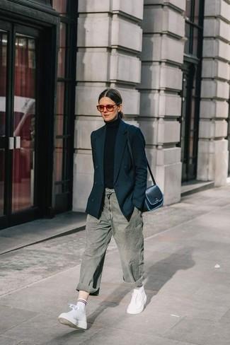 Wie kombinieren: schwarzes Zweireiher-Sakko, schwarzer Rollkragenpullover, graue Boyfriend Jeans, weiße hohe Sneakers aus Leder