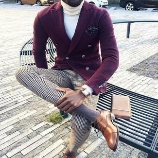 Dunkelblaues und weißes bedrucktes Einstecktuch kombinieren: trends 2020: Kombinieren Sie ein dunkelrotes Zweireiher-Sakko mit einem dunkelblauen und weißen bedruckten Einstecktuch für ein Alltagsoutfit, das Charakter und Persönlichkeit ausstrahlt. Fühlen Sie sich mutig? Ergänzen Sie Ihr Outfit mit braunen Leder Oxford Schuhen.