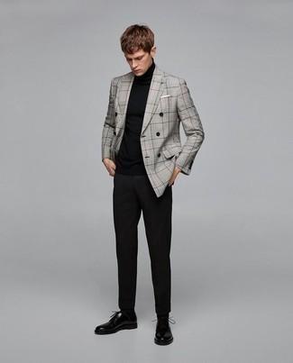 Graues Zweireiher-Sakko mit Schottenmuster kombinieren: trends 2020: Die modische Kombination aus einem grauen Zweireiher-Sakko mit Schottenmuster und einer schwarzen Chinohose ist perfekt für einen Tag im Büro. Heben Sie dieses Ensemble mit schwarzen Leder Derby Schuhen hervor.