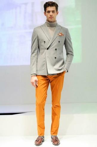 Welche Rollkragenpullover mit dunkelbrauner Slipper zu tragen: trends 2020: Tragen Sie einen Rollkragenpullover und eine orange Chinohose, um einen lockeren, aber dennoch stylischen Look zu erhalten. Fühlen Sie sich ideenreich? Komplettieren Sie Ihr Outfit mit dunkelbraunen Slippern.
