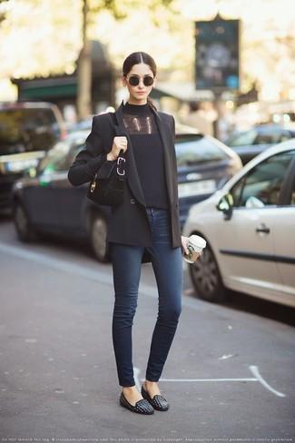 Wie kombinieren: schwarzes Zweireiher-Sakko, schwarzer Rollkragenpullover, dunkelblaue enge Jeans, schwarze beschlagene Leder Slipper