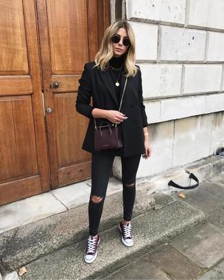 Wie kombinieren: schwarzes Zweireiher-Sakko, schwarzer Rollkragenpullover, schwarze enge Jeans mit Destroyed-Effekten, dunkelrote niedrige Sneakers