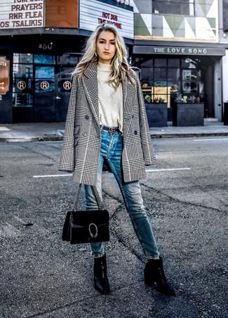 Wie kombinieren: schwarzes und weißes Zweireiher-Sakko mit Hahnentritt-Muster, hellbeige Rollkragenpullover, blaue enge Jeans, schwarze Leder Stiefeletten