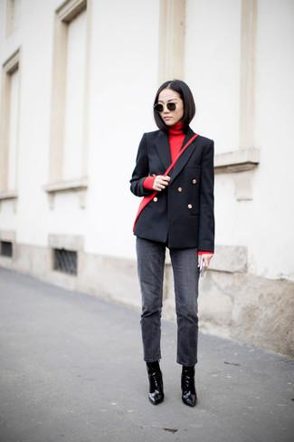 Wie kombinieren: schwarzes Zweireiher-Sakko, roter Rollkragenpullover, dunkelgraue Jeans, schwarze Leder Stiefeletten