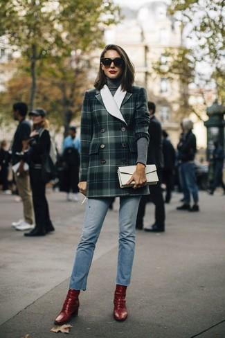 Wie kombinieren: dunkelgrünes Zweireiher-Sakko mit Schottenmuster, dunkelgrauer Rollkragenpullover, hellblaue Jeans, rote Leder Stiefeletten