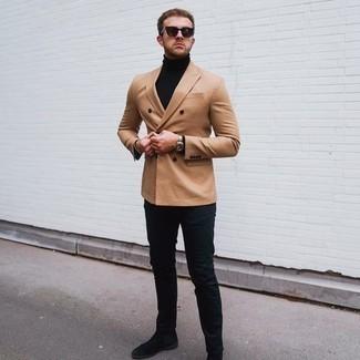 Schwarze Chelsea Boots aus Wildleder kombinieren – 225 Herren Outfits: Kombinieren Sie ein beige Zweireiher-Sakko mit dunkelblauen Jeans, um einen eleganten, aber nicht zu festlichen Look zu kreieren. Machen Sie Ihr Outfit mit schwarzen Chelsea Boots aus Wildleder eleganter.