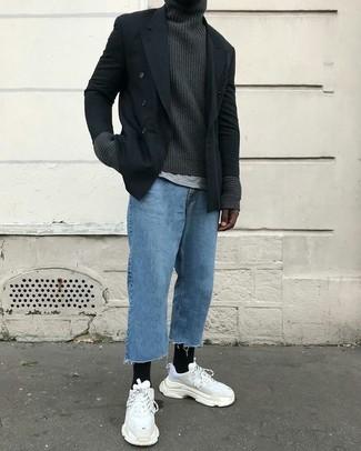 Wie kombinieren: schwarzes Zweireiher-Sakko, dunkelgrauer Strick Rollkragenpullover, graues T-Shirt mit einem Rundhalsausschnitt, blaue Jeans
