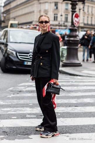 Wie kombinieren: schwarzes Zweireiher-Sakko, schwarze Schlaghose, dunkelgraue Sportschuhe, schwarze Lederhandtasche