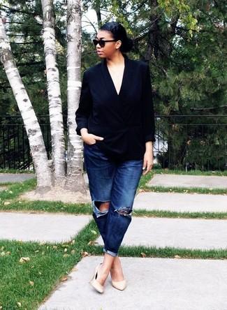 Hellbeige Leder Pumps kombinieren – 500+ Damen Outfits: Ein schwarzes Zweireiher-Sakko aus Seide und dunkelblaue Boyfriend Jeans mit Destroyed-Effekten sind absolut Freizeit-Basics und können mit einer Vielzahl von Kleidungsstücken kombiniert werden. Hellbeige Leder Pumps sind eine ideale Wahl, um dieses Outfit zu vervollständigen.