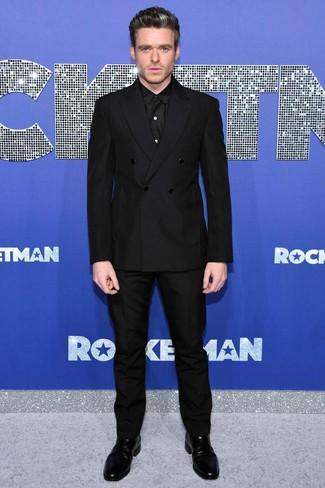 Wie kombinieren: schwarzes Zweireiher-Sakko, schwarzes Businesshemd, schwarze Anzughose, schwarze Chelsea-Stiefel aus Leder