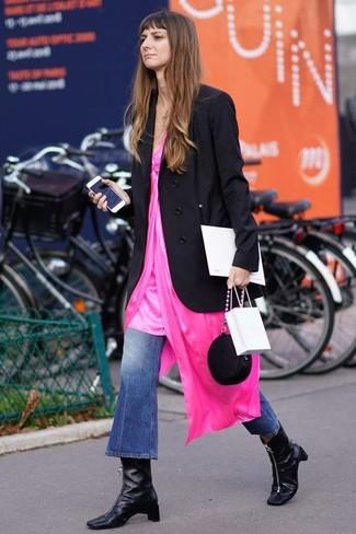 Wie kombinieren: schwarzes Zweireiher-Sakko, fuchsia Camisole-Kleid, blaue Schlagjeans, schwarze Leder Stiefeletten