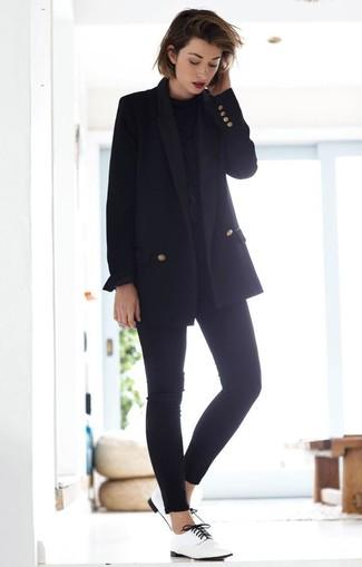 Wie kombinieren: schwarzes Zweireiher-Sakko, schwarze Langarmbluse, schwarze enge Jeans, weiße Leder Oxford Schuhe