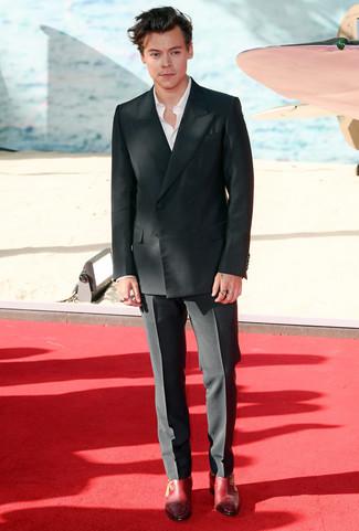 Wie kombinieren: schwarzes Zweireiher-Sakko, weißes Langarmhemd, schwarze Anzughose, rote Chelsea-Stiefel aus Leder