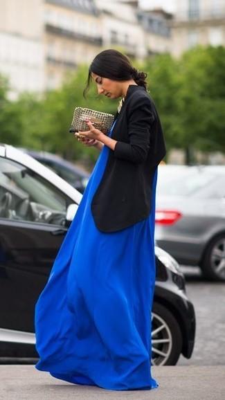 Schwarzes Zweireiher-Sakko kombinieren: Smart-Casual-Outfits: trends 2020: Möchten Sie einen zeitgenössischen Casual-Look erzielen, ist die Kombi aus einem schwarzen Zweireiher-Sakko und einem blauen Maxikleid ganz gut.