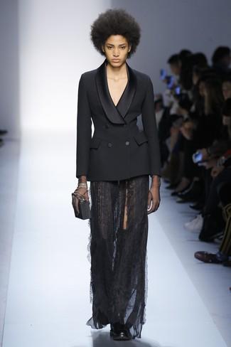 Wie kombinieren: schwarzes Zweireiher-Sakko, schwarzer Spitze Maxirock, schwarze Overknee Stiefel aus Leder, schwarze Clutch