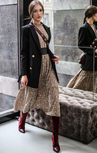 Schwarzes Zweireiher-Sakko kombinieren – 59 Damen Outfits: Möchten Sie einen harmonischen, entspannten Look kreieren, ist diese Kombination aus einem schwarzen Zweireiher-Sakko und einem olivgrünen Midikleid mit Blumenmuster ganz wunderbar. Dunkelrote kniehohe Stiefel aus Samt sind eine gute Wahl, um dieses Outfit zu vervollständigen.