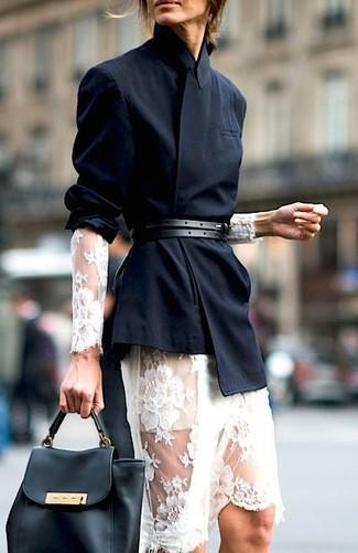 Wie kombinieren: schwarzes Zweireiher-Sakko, weißes Midikleid aus Spitze, schwarze Satchel-Tasche aus Leder, schwarzer Ledergürtel