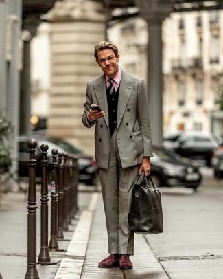 Wie kombinieren: graues Zweireiher-Sakko, schwarze Strickjacke, rosa Businesshemd, graue Anzughose