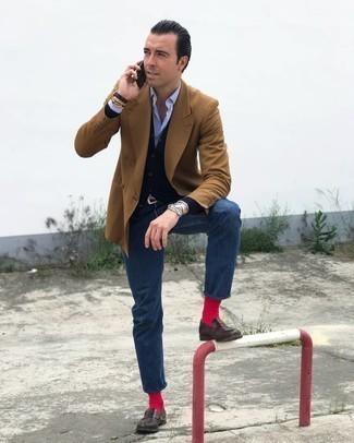 Dunkelbraune Leder Slipper kombinieren – 500+ Herren Outfits: Erwägen Sie das Tragen von einem beige Zweireiher-Sakko und dunkelblauen Jeans, um einen eleganten, aber nicht zu festlichen Look zu kreieren. Fühlen Sie sich ideenreich? Komplettieren Sie Ihr Outfit mit dunkelbraunen Leder Slippern.